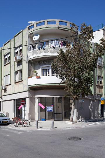 בית טיפוסי בשכונת נגה, שעוד לא שופץ (צילום: אביעד בר נס)
