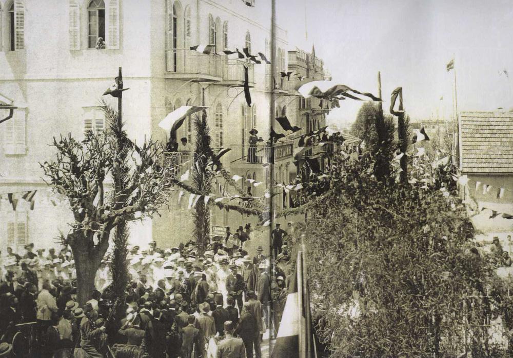 צילום היסטורי מ-1910, של ביקור הנסיך פרידריך ורעייתו במושבה, שאז היתה מאוכלסת בידי טמפלרים גרמנים. הם נשארו בה עד מלחמת העולם השנייה, ומאז לא שופצו בתיה