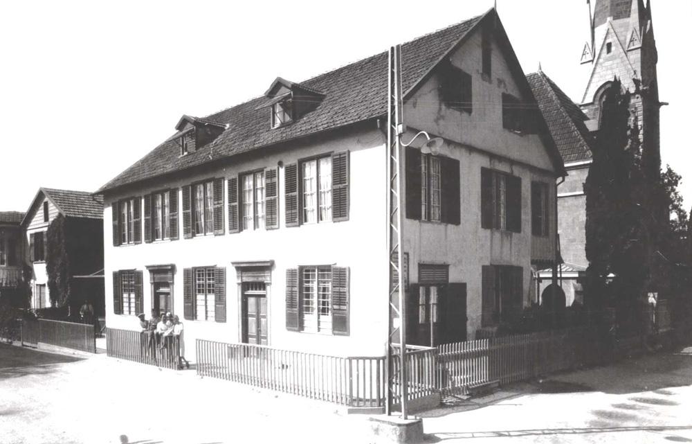 צילום משנות ה-30 של בית אופייני לשכונה, סמוך לכנסייה המפורסמת שבה
