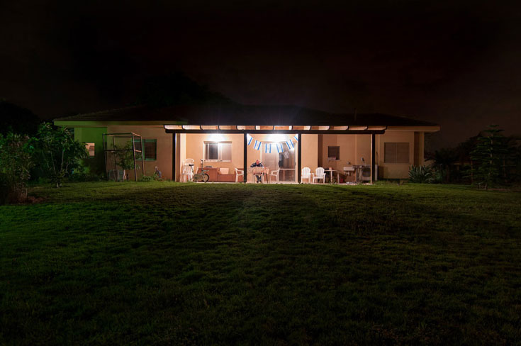 בית ניר. בתים קטנים, צנועים, מדשאות נרחבות (צילום: אילן נחום)