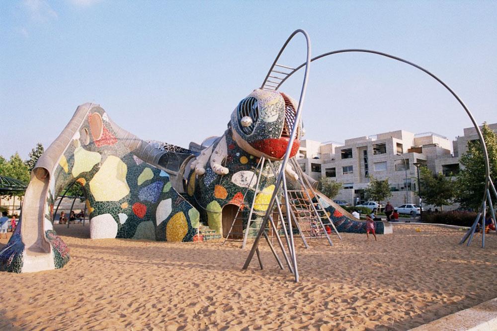 """פסל החרגול של רוסלן סרגייב במודיעין, מתוך התערוכה """"גני המשחקים הנעלמים"""" (באדיבות רוסלן סרגייב)"""