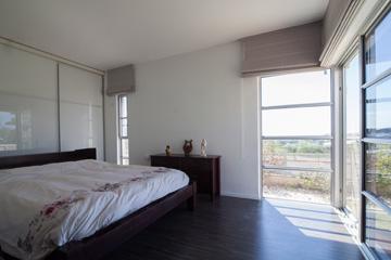חדר ההורים בקומה התחתונה - וחלון לנוף (צילום: דור נבו)