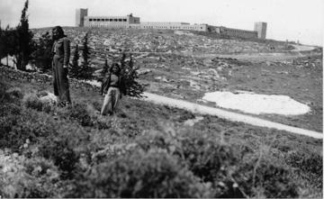 תחנת המשטרה בשנות ה-40. 70 שוטרים ו-32 סוסים (באדיבות אוצר תמונות הפלמ''ח)