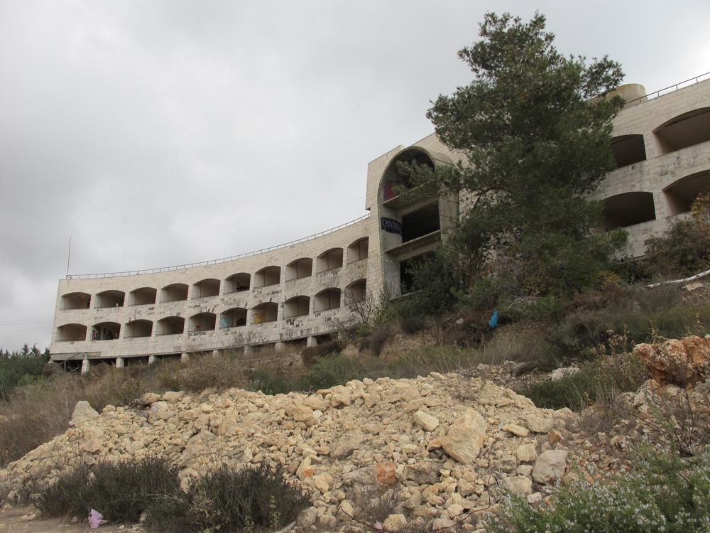 מלון טירת בת שבע בהרי ירושלים. מתוכנן בצורת האות S, מורכב מאגף מרכזי בעל חזית מודגשת, שממנו יוצאות שתי זרועות בצורת חצי סהר (צילום: מיכאל יעקובסון)