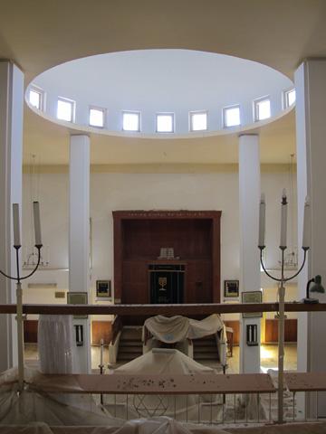 אולם התפילה. האדריכל קומט עיצב גם את הרהיטים (צילום: מיכאל יעקובסון)