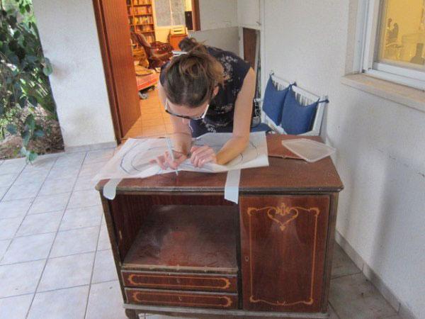 כן, זו אני וארון הכיור שלי