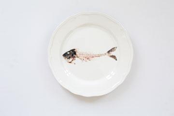 צלחת עם הדפס של דג. בחינת הקו הדק המפריד בין המכוער ליפה (צילום: איתי בנית)