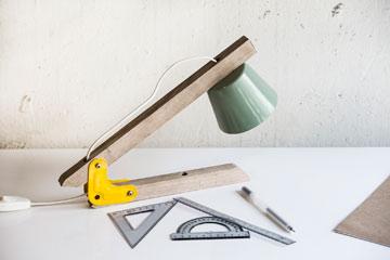 """מנורה בסדרה """"ABC"""", בהשראת הסרגל, המחוגה ומד הזווית (צילום: איתי בנית)"""