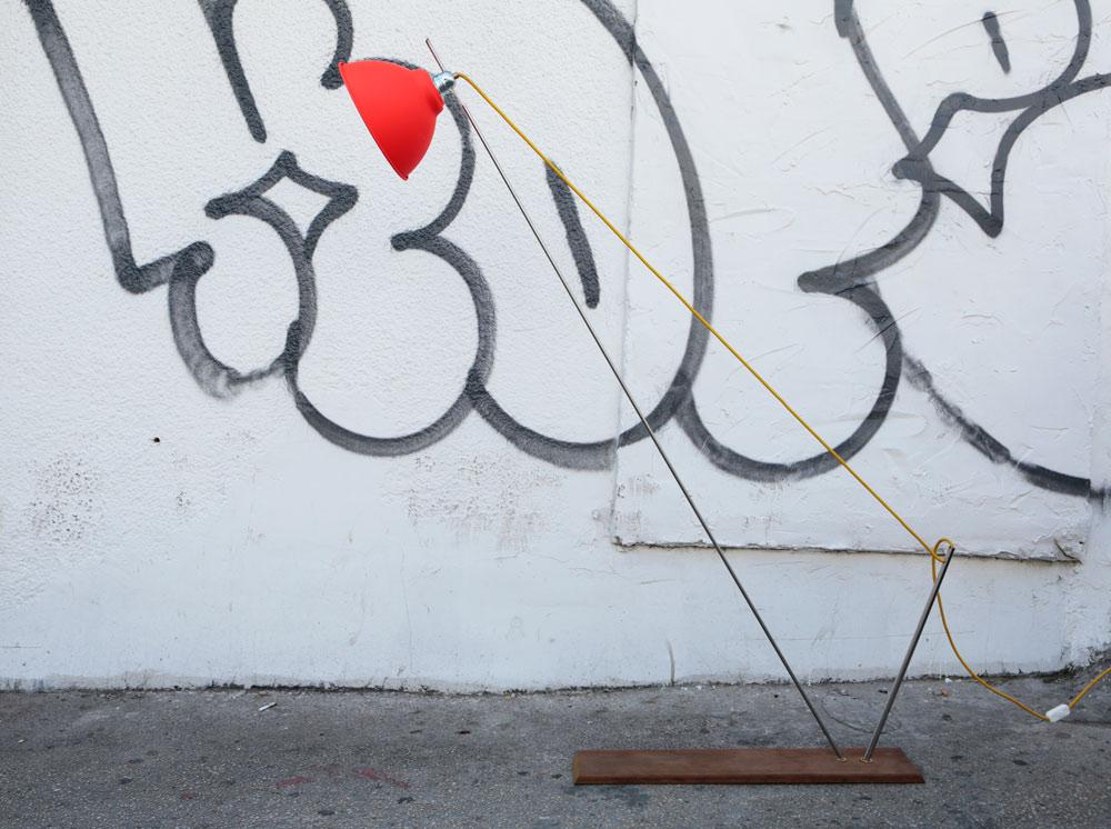 """מנורה מסדרת """"Fisher Man'', שמוצגת בתערוכה. החפצים מאופיינים בשקיפות: מה שרואים זה מה שיש - אין הסתרות והסוואות (צילום: איתי בנית)"""