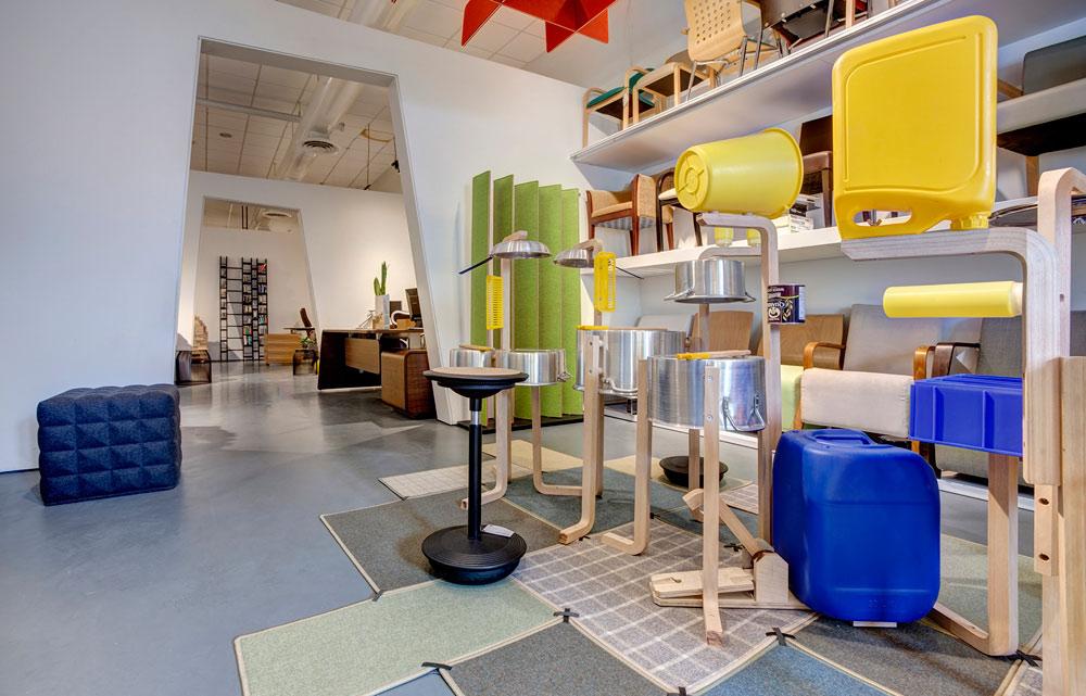 התערוכה ''משחק מנהלים'', בחלל התצוגה של חברת ''פיטרו'', כבר פתוחה: המעצב טל גור סידר את הרהיטים כמיצב שמזמין את המבקרים למשחק ולאינטראקציה (צילום: ניצן הפנר)