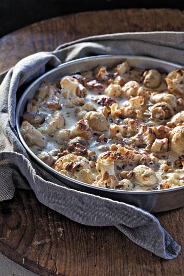 סינייה כרובית ופטריות בטחינה, צנוברים וסומק (צילום: דניאל לילה, סגנון: עמית פרבר)