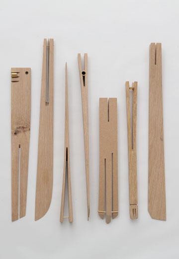 כפות עץ מהשאריות של רגלי השידות (צילום: איתי בנית)