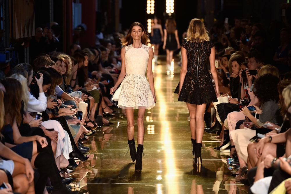 """קאסיה ון דן דנגן על המסלול בשבוע האופנה באוסטרליה. """"מיד לאחר שראיתי את התמונה מהתצוגה ידעתי שזה לא היה בסדר לשלוח את קאסי אל המסלול"""", אמר המעצב אלכס פרי (צילום: gettyimages)"""