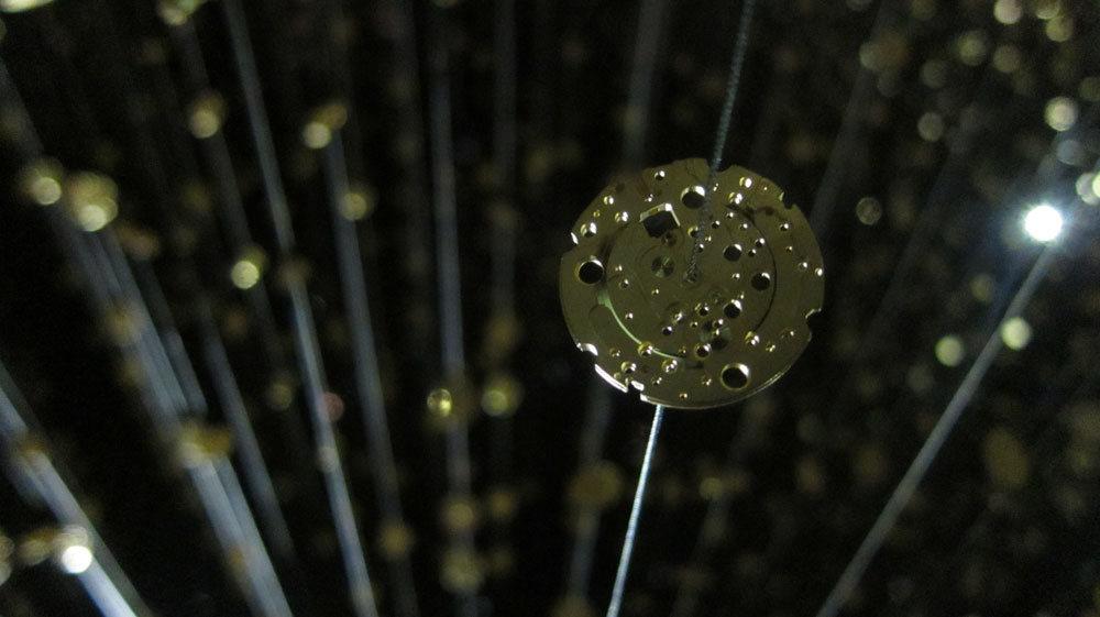 חלקי שעונים מושחלים על צינורות לגובה החלל המרשים. אמנות בשירות השיווק, הוד והדר בשירות המוצר של סיטיזן (צילום: רונית כפיר)