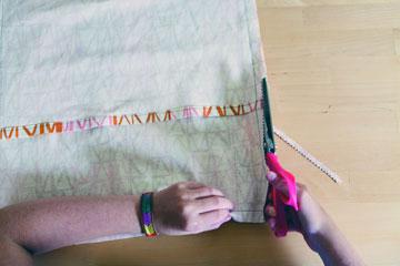 גיזרו את הקצוות, מסביב לכרית בעזרת מספרי זיגזג (מתוך הספר ''בד נייר חוט ומחט'')