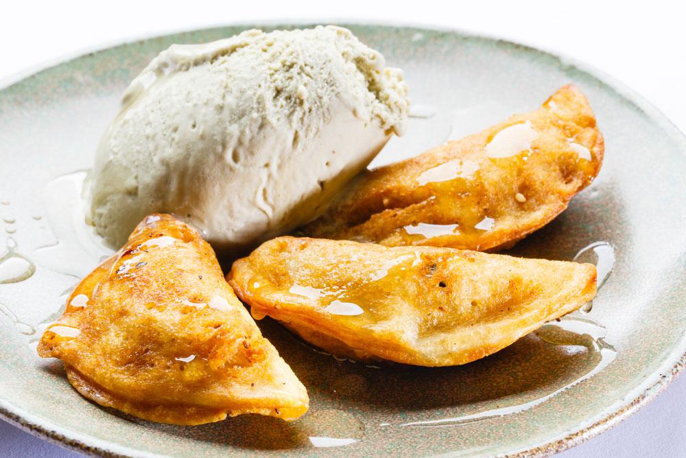 עטאייף (טבעוני) - במילוי אגוזים, צימוקים, שבבי קוקוס, שומשום וקינמון  (צילום: נמרוד גנישר)