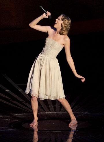 כמו ברבי שאיבדה את הנעליים. טיילור סוויפט על הבמה (צילום: gettyimages)