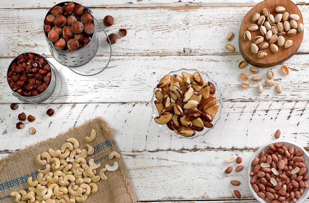 אף שהאגוזים עתירי קלוריות, מחקרים מצאו כי אנשים שנוהגים לאכול אגוזים אינם שמנים יותר מאנשים שאינם נוהגים לצרוך אותם (צילום: מוטי פישביין סגנון: קרן ברק)