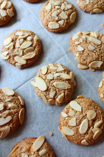 עוגיות שקדים, לימון ושוקולד לבן (צילום: אורלי חרמש)
