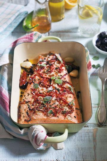 סלמון בתנור עם עגבניות מיובשות, שמן זית ואורגנו טרי (צילום: דניאל לילה)