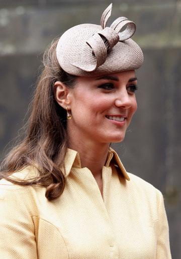 לא רק לדתיות. קייט מידלטון מתאימה את הכובע לבגדים (צילום: gettyimages)
