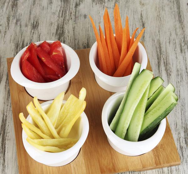 """כשמגיעים חברים לילדים, הניחו קערת ירקות ופירות בחדר ללא הקדמה או השאלה """"רוצים""""?  (צילום: thinkstock)"""