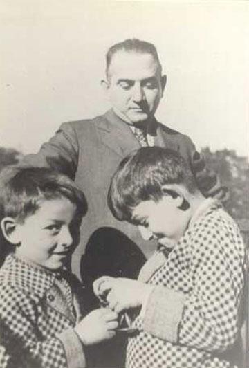 """עם אביו ואחיו. """"אבא הבין שזו הפעם האחרונה שאנחנו מתראים"""" (מתוך האלבום הפרטי)"""