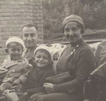 הכינו לו תכנית מילוט. וייסברג (במרכז) עם הוריו ואחיו (מתוך האלבום הפרטי)