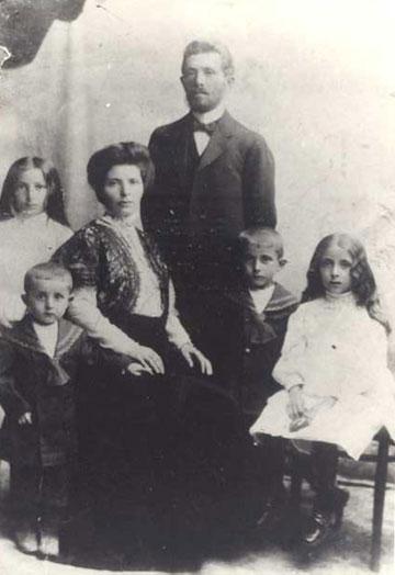 לא נותר זכר למשפחה. מימין, אמו של וייסברג  בגיל 12 עם משפחתה (מתוך האלבום הפרטי)