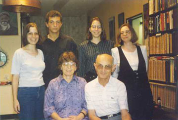 פרופ' וייסברג עם אשתו וילדיו (מתוך האלבום הפרטי)