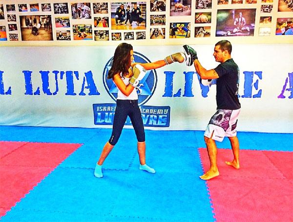 עם המאמן שלי בסשן אגרוף תאילנדי. ככה שורפים את הריבות של המימונה