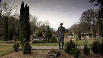 בבית הקברת בברלין, שם קבור פייבקה שוורץ (צילום: מתוך הסרט ''היה שלום פטר שוורץ'')