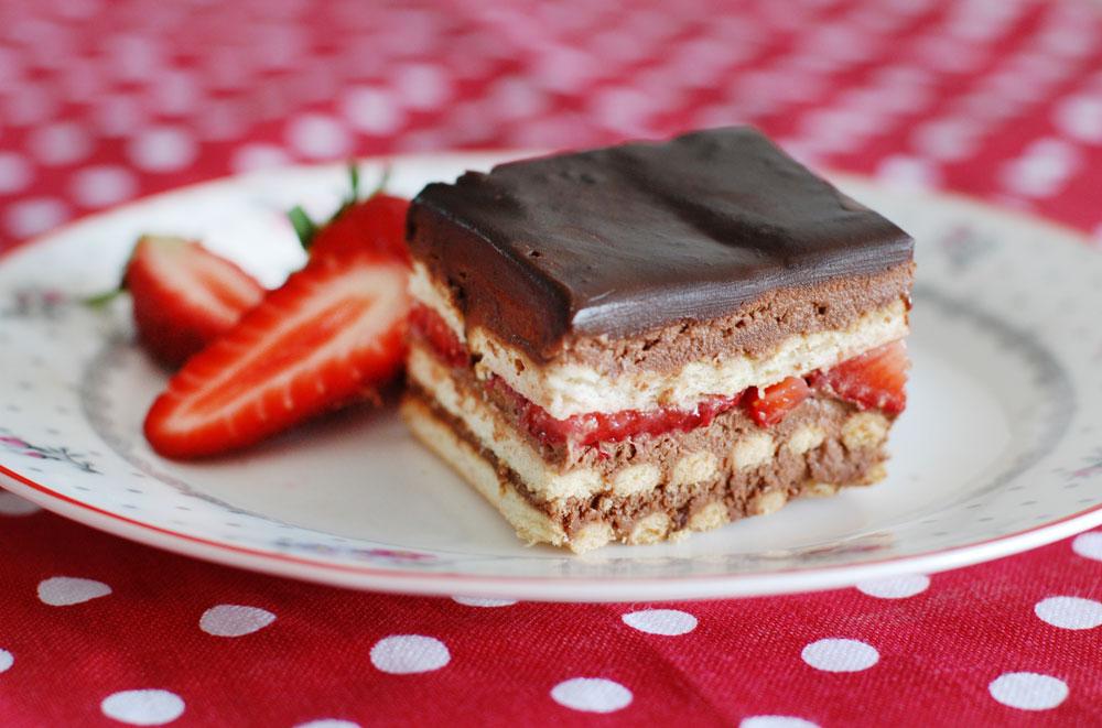 מראה מפתה וטעם קרמי עשיר. עוגת ביסקוויטים משודרגת עם תותים וקרם שוקולד (צילום: רחלי קרוט)