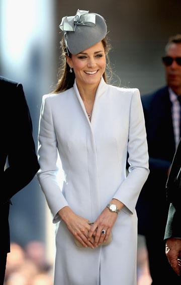 קיבלה הוראה ברורה מהמלכה להקפיד על הופעות צנועות בציבור. קייט מידלטון לובשת אלכסנדר מקווין (צילום: gettyimages)