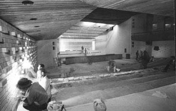 עבודות קדחתניות כדי להשלים את עיצוב האולם לפתיחת המשפט (באדיבות ארכיון התצלומים, יד ושם)