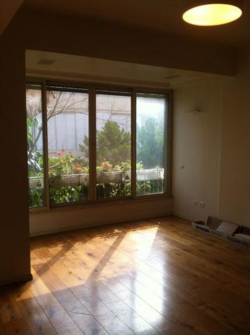 הסלון המקורי עם המרפסת הסגורה. גוון הפרקט הובהר ולוטש (צילום: ארז ברוכי)