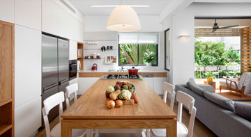 """ה""""אי"""" במטבח הגדול. בני הזוג מרבים לבשל ולארח (צילום: אורי אקרמן)"""