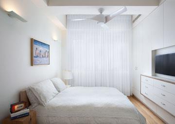 חדר ההורים, עם יחידת ארונות שהוטמעה בקיר (צילום: אורי אקרמן)