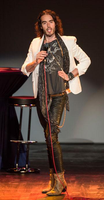 מכנסיים צמודים וצעיפים מתנופפים. ראסל ברנד (צילום: gettyimages)