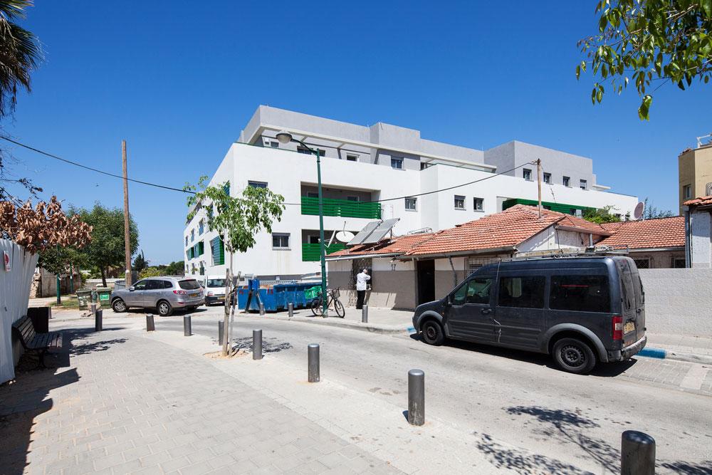 הפרויקט על רקע שכונת שפירא, שבה הוא משתלב. ההחמצה: אפשר היה להוסיף לו קומות ודירות, כדי לפתור את בעיית הדיור של עוד תושבים, מבלי לפגוע בשכונה (צילום: אביעד בר נס)