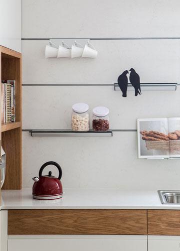 פסים לתליית כלים במטבח (צילום: אורי אקרמן)