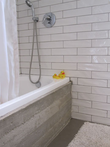 לחדר הרחצה של הילדים נוספה אמבטיה ביציקת בטון ( צילום: ארז ברוכי)