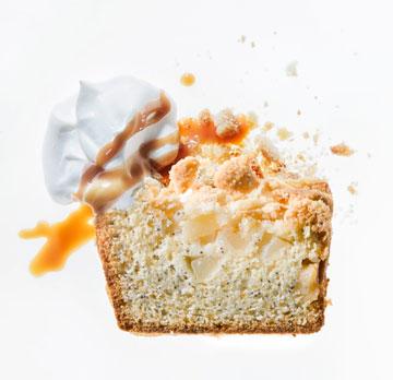 עוגת אגסים מנומשת עם קראמבל (צילום: דני לרנר, סגנון: נעמה רן)