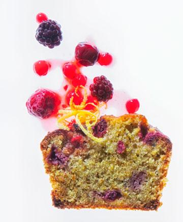 עוגת פיסטוק-לימון ופירות יער (צילום: דני לרנר, סגנון: נעמה רן)