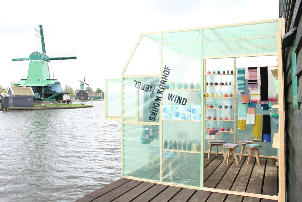 תעשייה הוליסטית יותר: מעצבת הולנדית חידשה את פעילותן של שלוש טחנות קמח ישנות - באחת משמשת אנרגיית הרוח לניסור קורות עץ שמהם בונים רהיטים, בשנייה צובעים חוטי צמר ובשלישית סורגים והופכים אותם לריפוד של קו הרהיטים