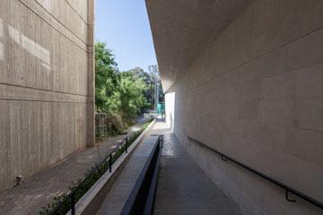 הרבה בטון חשוף (צילום: אביעד בר נס)