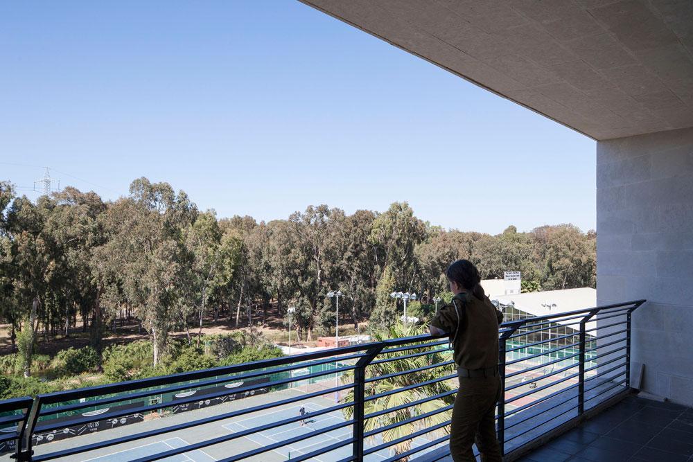 מרפסת רחבת ידיים משקיפה צפונה לנחל הירקון, ודרומה לרחוב רוקח. המרפסות מעוצבות כך שלא ישמשו רק כמקום מפגש, אלא גם כמקור לאוורור ותאורה טבעיים למסדרונות הארוכים (צילום: אביעד בר נס)