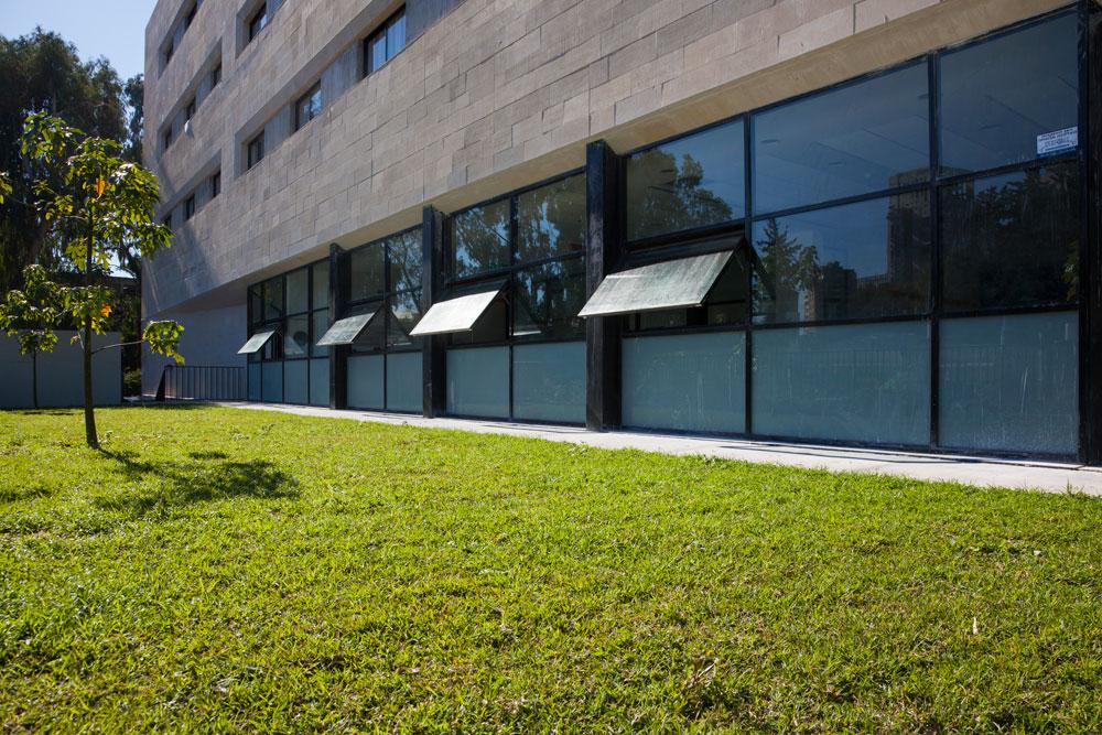 אפשר למצוא את שורשיו במסורת של האדריכלות הישראלית, ובמיוחד בעבודתה של עדה כרמי-מלמד, שבמשרדה עבדה האדריכלית רוני אלרואי (צילום: רועי מזרחי, באדיבות האגודה למען החייל)