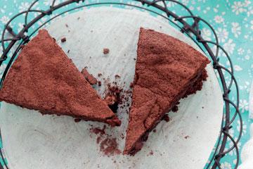 עוגת שוקולד, אגוזי לוז וכוסמת (צילום: אראן גויואגה, מתוך הספר מנות קטנות & פינוקים מתוקים – בישול ללא גלוטן)