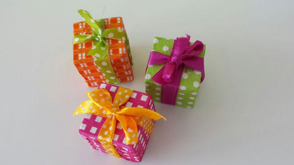 מתנות קטנות מקוביות עץ ישנות (צילום: ענבל עופר )